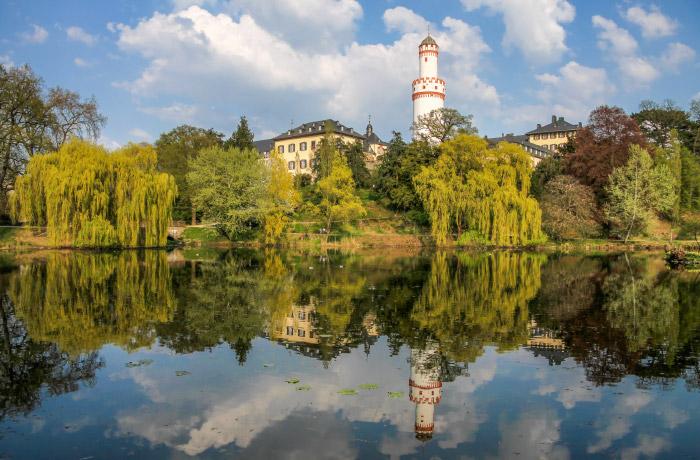 """Christian mit seinem Bild """"Schlosspark Bad Homburg"""" in Wicker Klinik aus dem Portfolio Rheingau & Taunus"""