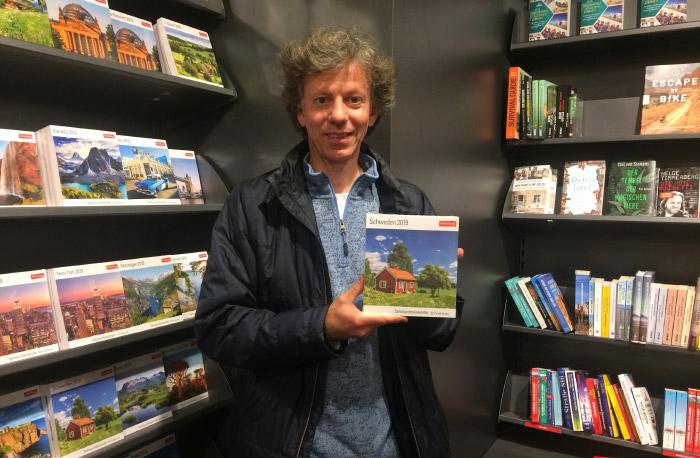 """Christian mit seinem """"Sehnsuchts-Kalender Schweden 2019"""" (Harenberg Verlag) im Buchhandel"""